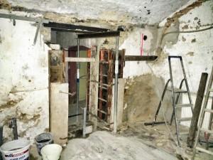Im inneren des Hauses erstellt der Rohbauer Wanddurchbrüche