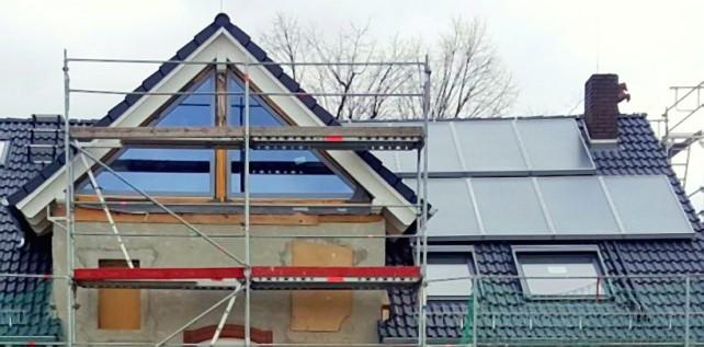 Dach mit Solaranlage und Aussichtsfenster