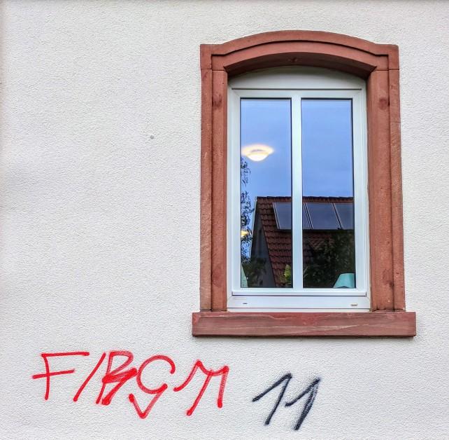 First 11 hat die frisch gestrichene Wand des Ewaldshofs getagt.